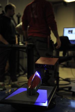Skanowanie modelu łodzi rybackiej przy pomocy metody światła strukturalnego 3D (fot. W. Jóźwiak)